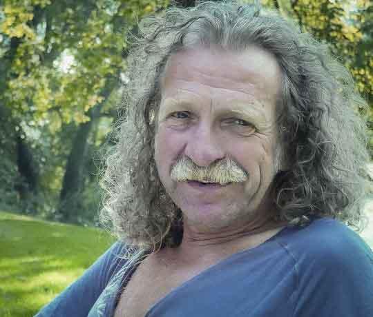 Gijs Scholtus, gastheer van galerie, koffie- en theehuis 'Het Kruithuisje' te Alkmaar